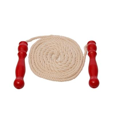 Springtouw 2,50 m lang, gemaakt van een hennep koord en twee rood gelakte houten handvaten. De koord ligt gedraaid in een spiraal tussen de 2 handvaten.