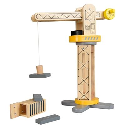 Houten speelgoed hijskraan in natuurkleur met gele, grijze en zwarte accenten. Dank zij een magneet heft de kraan een grijze balk op. Op de grond liggen nog twee balken en een openstaande houten container.