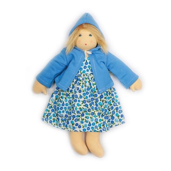 Nanchen pop van 38cm met blond mohair haar en blauwe ogen. Ze draagt een blauw gebloemd kleedje en lichtblauw vestje met capuchon.