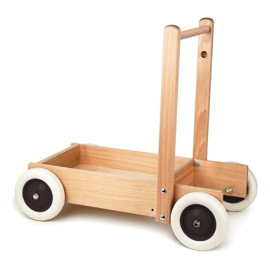 Loopwagen in hout met 4 zwarte metalen wielen met witte rubberen banden en een natuur houten handvat. Een inham tussen de wielen geeft veel stabiliteit aan de houten loopkar waarin speelgoed of blokken kunnen gelegd worden.
