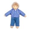 Poupée garçon Nanchen Ole en coton bio aux cheveux blonds en mohair et yeux bleus. Il porte un pantalon rayé bleu foncé et bleu clair et une veste bleue à capuchon avec pressions, tous deux en tricot de coton bio.