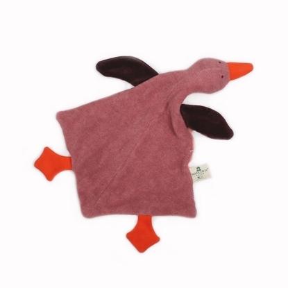 Roze Nanchen knuffel wilde gans Rosalie in bio katoen ligt plat op haar buik met oranje pootjes en bek en donkerbruine vleugels.