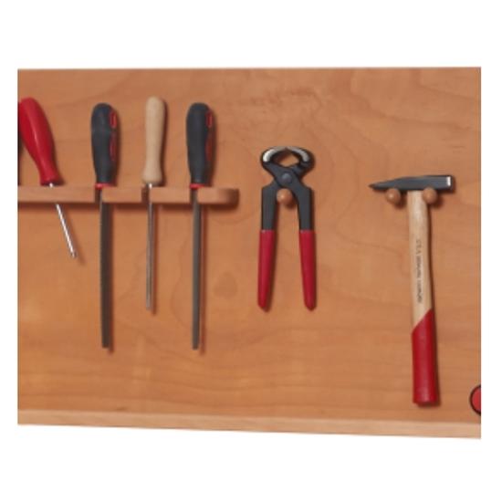 Een houten wand met daar kinderwerkgereedschap aan opgehangen, van links naar rechts: een schroevendraaier, 3 verschillende vijlen, een nijptang en een hamertje met houten handvat.