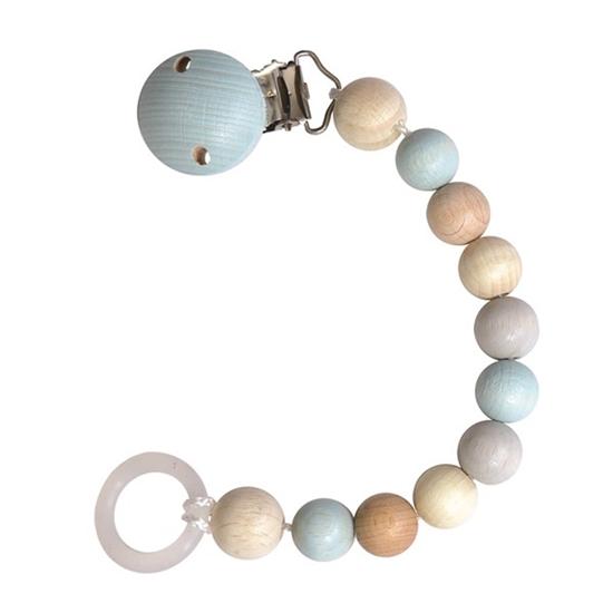 Een pastel blauw fopseenketting bestaande uit houten kralen ligt in een halve cirkel. Aan een uiteinde is er een lichtblauwe houten clips aan het ander uiteinde een lus van soepele kunststof.
