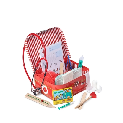 Een rood kartonnen dokter's koffertje staat open. Erin zie je mondmaskers, hoofdnetjes, notaboekje, spuitjes, tang en stethoscoop. Ervoor liggen houten reflexhamer, houten thermometer, spuitje, plakkers, verbandjes en houten keelstaafje.
